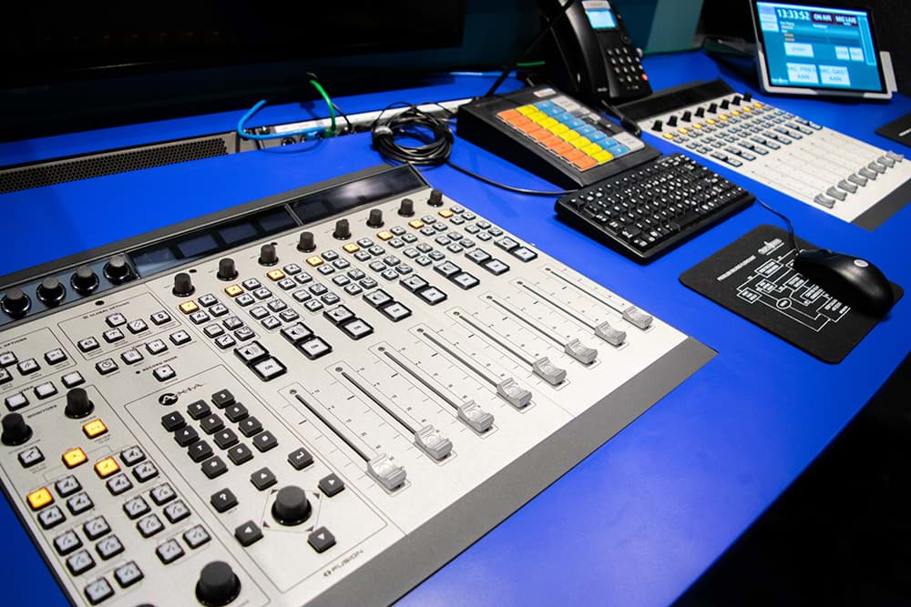 Rijnmond Reportagewagen binnenkant / Axia Fusion Mixer / OB van / Triple Audio