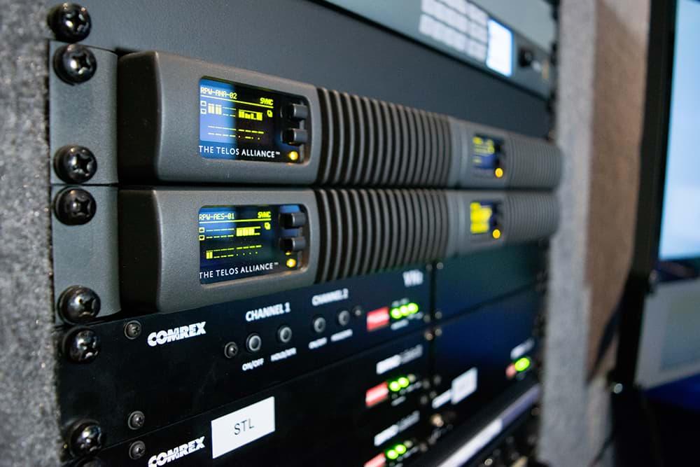 Rijnmond Reportagewagen binnenkant / Axia xNode Comrex BRIC-link / OB van / Triple Audio